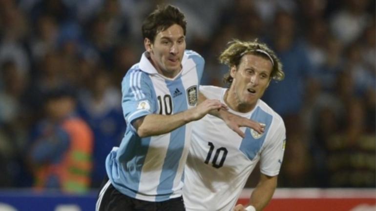 """Forlan: """"Elegiría a Messi antes que a Cristiano Ronald"""
