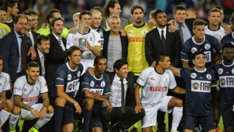 Se disputó el Partido por la Paz sin Messi, pero con Diego y varios argentinos