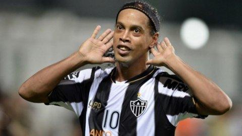 Ronaldinho, un desocupado más: el mercado de pases cerró y no firmó con nadie