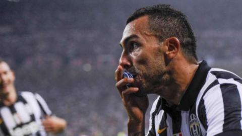 Tevez se encendió para bajar al Milan y mantener a la Juventus en lo más alto