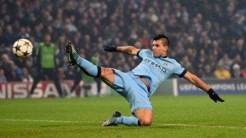 El Manchester City, con el Kun bien afilado, obligado a recortarle al líder Chelsea
