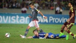 Vizcarrondo, tras su error, mira a Derlis González anotar el gol del triunfo de Paraguay