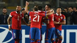 Chile goleó a Perú en Lima y lidera las Eliminatorias