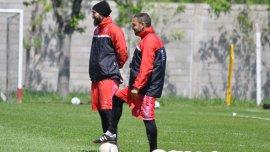 Domínguez observa a sus dirigidos en el entrenamiento de Huracán