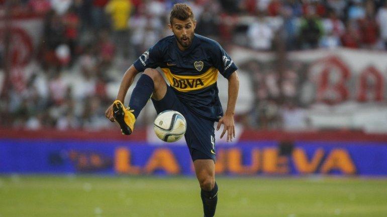 Gino Peruzzi (Boca), controlando el balón