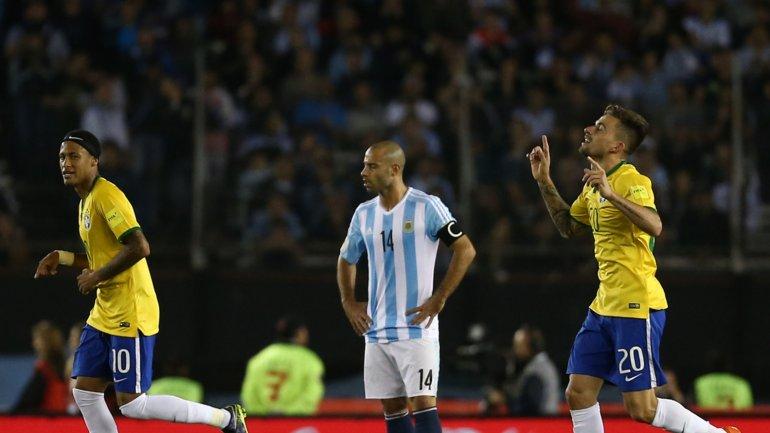 Festejo de Brasil lamento y de Mascherano en Argentina