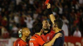 Carlos Sánchez vio la roja por su agresión al alcanzapelotas de Huracán
