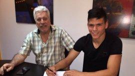 Jonathan Silva firmó su contrato con Boca