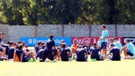 Los jugadores de San Lorenzo escuchan atentamente a Pablo Guede