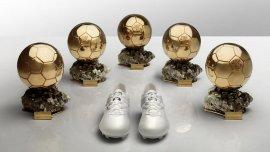 Los nuevos botines de Lionel Messi junto a los cinco Balones de Oro