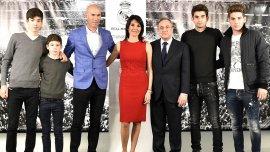 Zidane, junto a sus hijos y el presidente Florentino Pérez, en la presentación en Real Madrid
