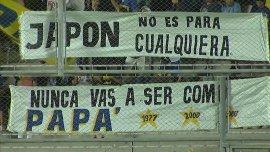 Las banderas que colgó la Barra de Boca contra River, en el amistoso ante Emelec