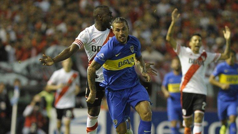 Daniel Osvaldo busca la pelota en el Boca-River