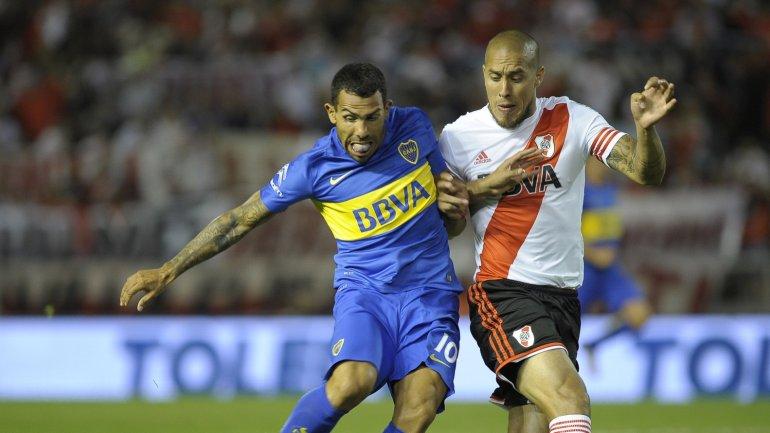 La puja por la pelota entre Carlos Tevez y Jonatan Maidana en Boca-River