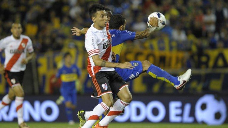 Carlos Tevez luchó con Leonel Vangioni por el balón en Boca-River