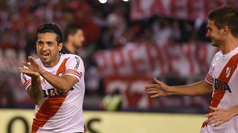 Lucas Alario saludó a Leonardo Pisculichi por el gol en el Boca-River