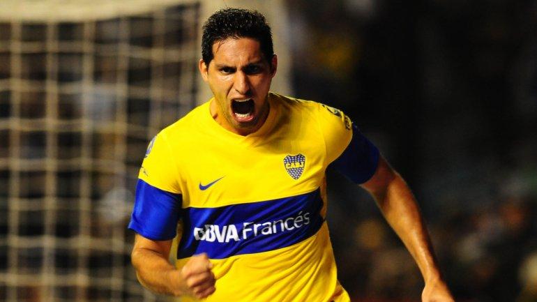 Juan Manuel Insaurralde con la camiseta de Boca festejando uno de los goles que marcó