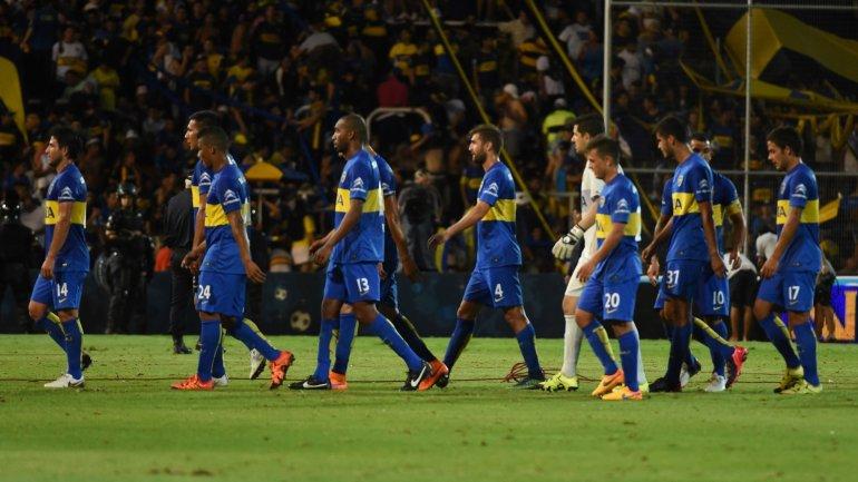 Los jugadores de Boca abandonan el campo de juego tras perder con River 1-0