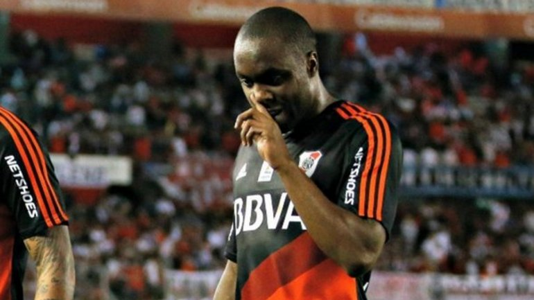 Éder Álvarez Balanta arrancó torcido el campeonato con River