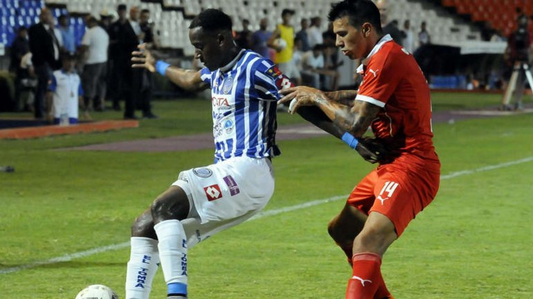 La pelea de Jaime Ayoví y Víctor Cuesta por el balón
