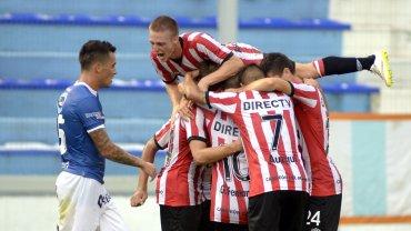 Estudiantes festeja el gol de Lucas Viatri ante Atlético Rafaela