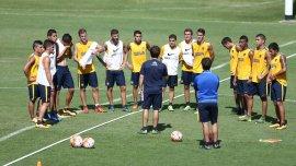 Guillermo Barros Schelotto dándole indicaciones al plantel de Boca