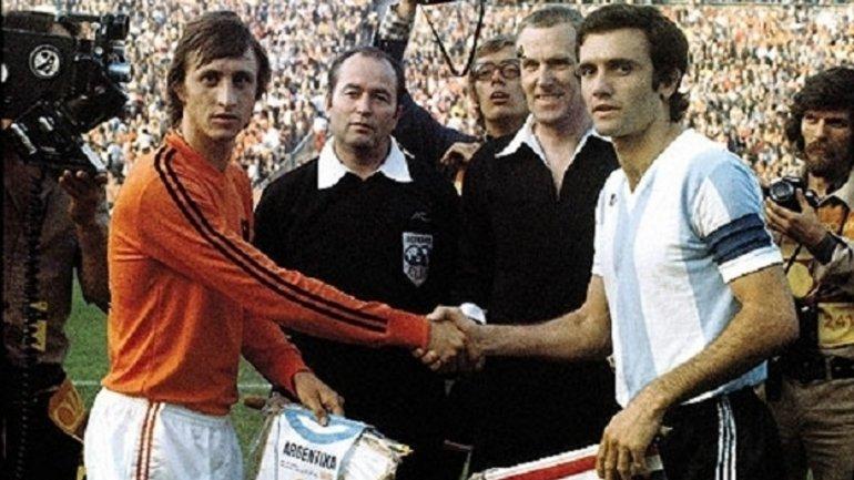 Choque de potencias: Roberto Perfumo saluda a Johan Cruyff