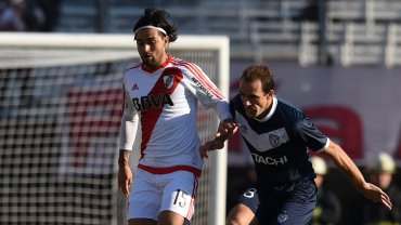 Leonardo Pisculichi disputando la pelota con Leandro Somoza