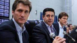 Los mellizos Barros Schelotto y Daniel Angelici buscan refuerzos para Boca
