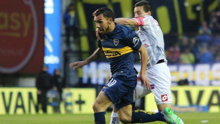 Fernando Zuqui marcando a Carlos Tevez en un enfrentamiento; ahora serán compañeros